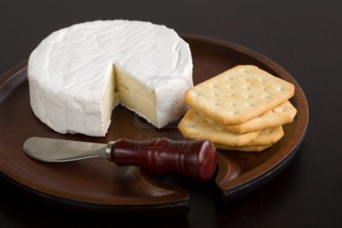 795175-brie-and-butter-cracker-on-a-wooden-cheese-plate-with-cheese-knife